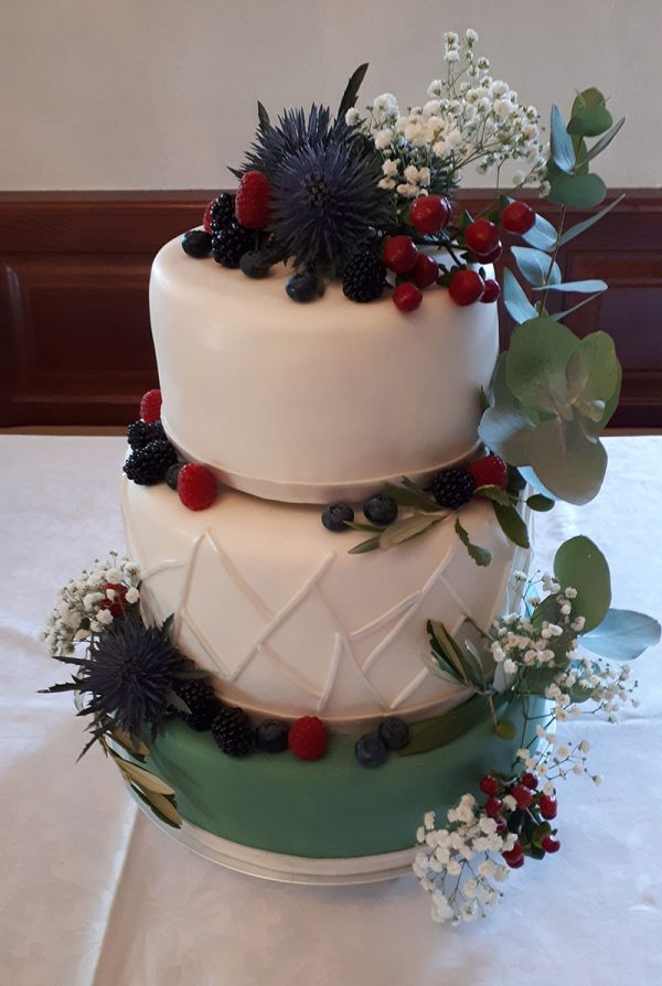 Hochzeitstorte grün-weiß mit Beeren und Blättern 1