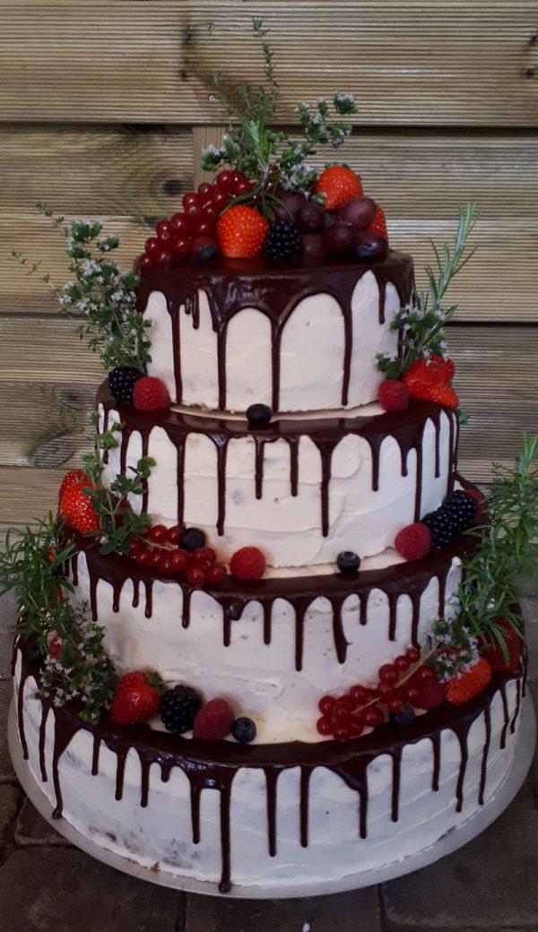 Naked Cake mit Beeren und Schokoglasur 1